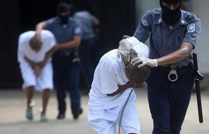 Policías trasladan a dos pandilleros a una cárcel salvadoreña. Foto: AFP