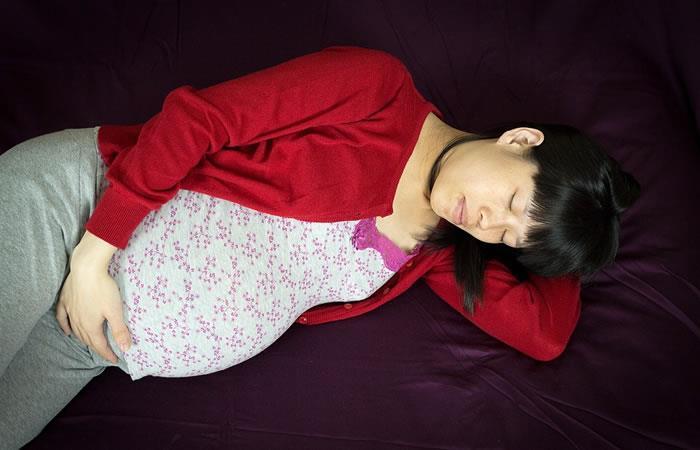 ¿Cuál es la mejor postura para dormir durante el embarazo?