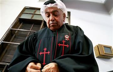 Sacerdote kuwaití enseña la Biblia vestido de beduino