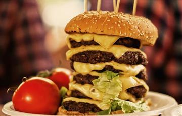 Colombiano se come una 'mega hamburguesa' en tiempo récord