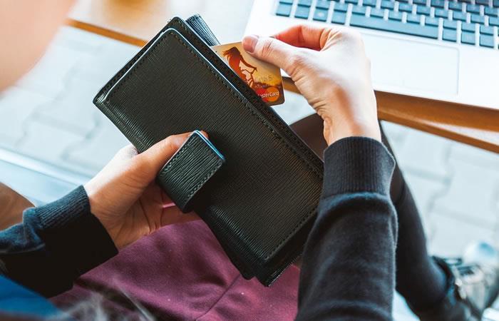 Mujeres usan créditos de forma diferente que los hombres