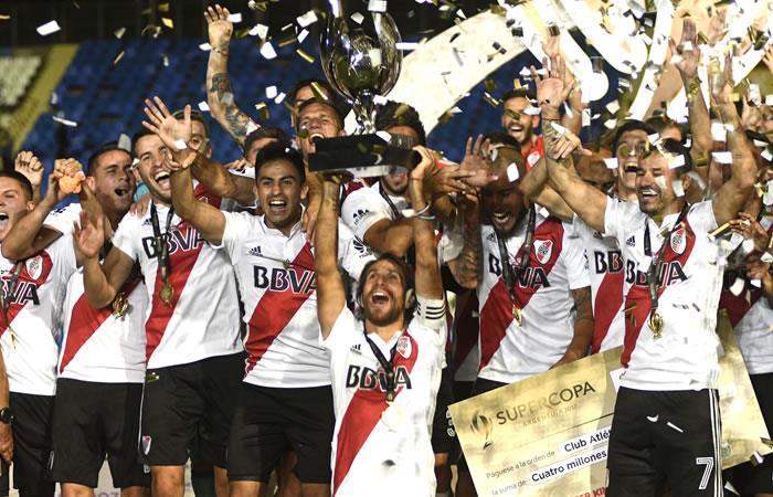 Leonardo Ponzio de River Plate levanta el trofeo de la Supercopa Argentina 2018 después de derrotar a Boca Juniors. Foto. AFP.