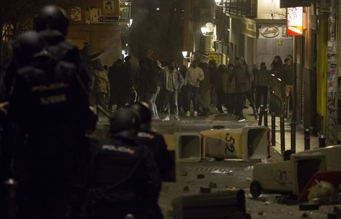 Manifestantes chocan con la policía nacional española durante una protesta tras la muerte de un vendedor ambulante en el distrito de Lavapiés en Madrid. Foto. AFP.