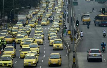 Taxistas marchan en Bogotá por la eliminación del taxímetro