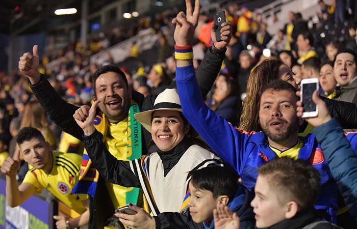 Hinchas colombianos en el estadio Craven Cottage en Londres. Foto: AFP
