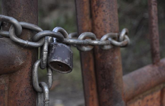 Detienen a padre que mantuvo encerrado a su hijo en una jaula durante más de 20 años