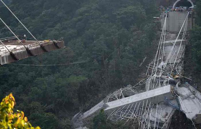 Inician trabajos de remoción y limpieza del colapso del puente Chirajara. Foto: AFP