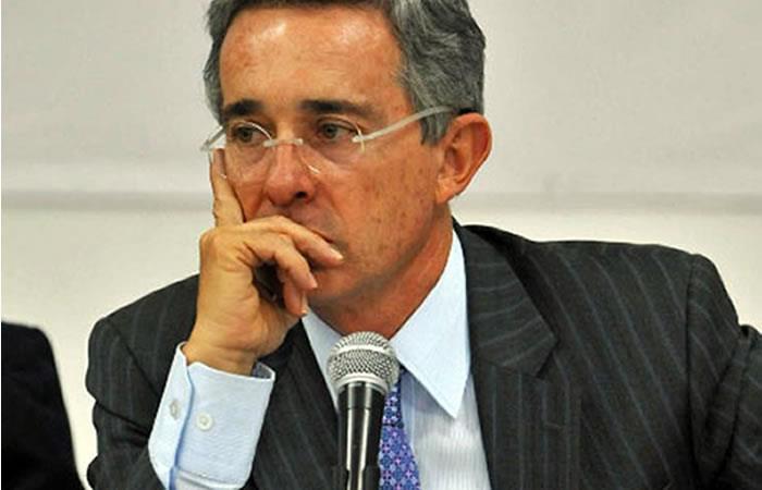 Un 'obligado' Uribe rectifica sus afirmaciones contra Daniel Coronell