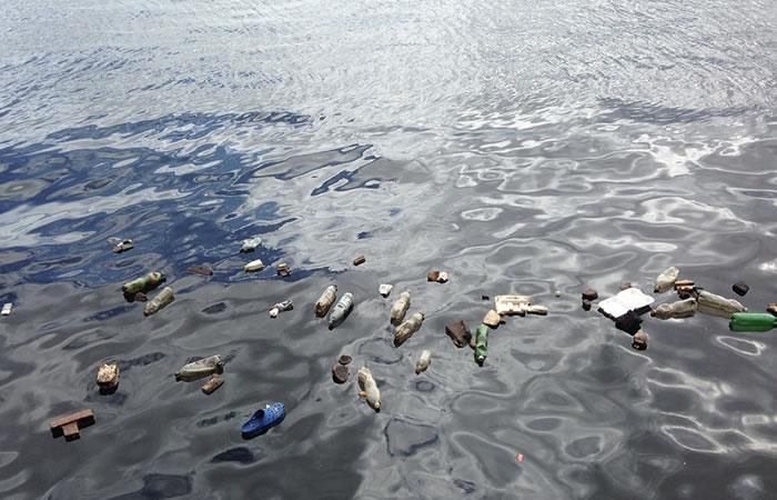 Científicos diseñan una enzima que se 'come' las botellas de plástico