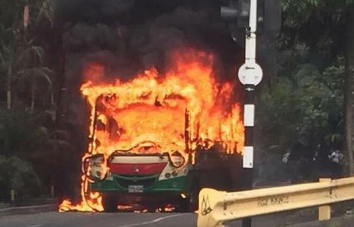 Medellín: Incineran un bus en medio de enfrentamientos en la Comuna 13