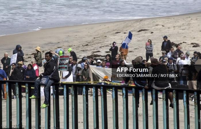 Caravana de migrantes llega a la frontera mexicana con Estados Unidos