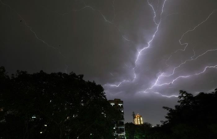 El servicio de meteorología de India anunció que habría más tormentas en un área mayor hasta el sábado. Foto. AFP.