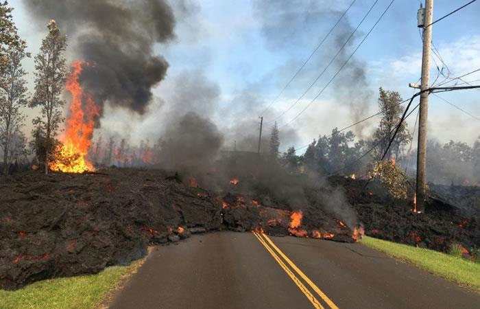 La lava cubre una calle en el área de Leilani Estates, en Hawái, en esta imágen publicada por el Servicio Geológico de Estados Unidos. Foto: AFP