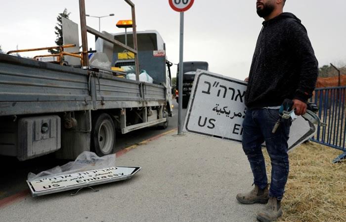 Trabajadores colocan unas señales indicando la dirección de la nueva embajada de EEUU en Jerusalén. Foto: AFP