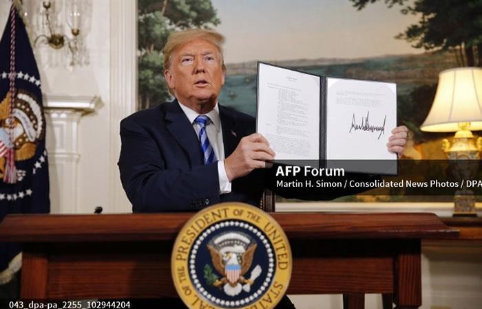 Donald Trump, firma un documento restableciendo sanciones contra Irán. Foto: AFP
