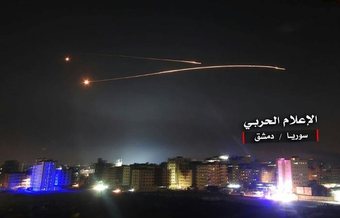 Defensas antiaéreas de Siria interceptando misiles israelíes sobre el espacio aéreo de Damasco. Foto: AFP