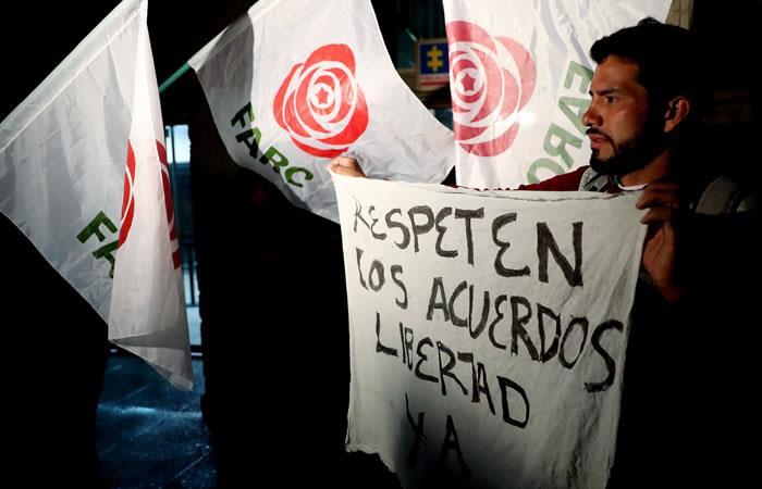 Simpatizantes del partido Fuerza Alternativa Revolucionaria del Común (FARC) protestan en contra de la captura del líder y dirigente de ese partido, Jesús Santrich. Foto: EFE