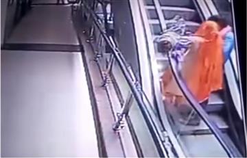 Video: Por una selfie, madre deja caer a su bebé por las escaleras