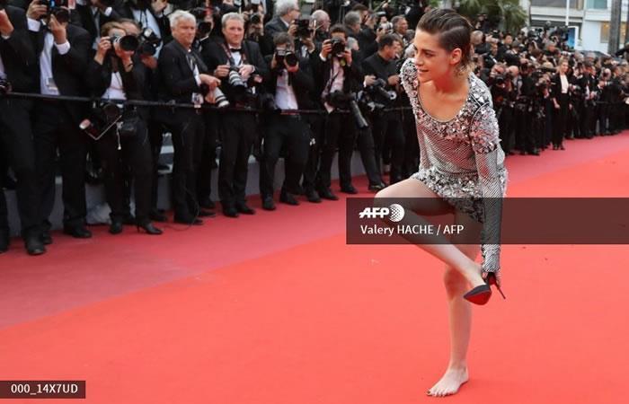 Festival de Cannes: Kristen Stewart se descalza en protesta por el código de vestimenta
