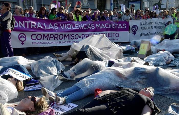 Varias manifestantes se tumban en la calle cubiertas por bolsas de plástico simulando ser víctimas de la violencia machista. Foto: AFP