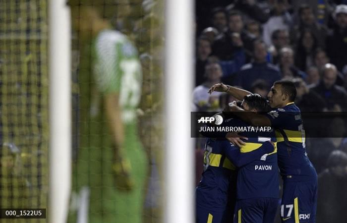 El argentino de Boca Juniors Carlos Tevez (L) celebra con sus compañeros después de anotar el quinto gol contra Alianza Lima. Foto: AFP