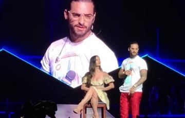 Maluma y el tremendo beso que le dio a su novia Natalia en tarima