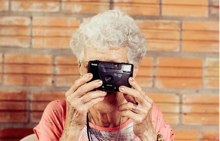 Divertida lucha de abuelas para tomar una foto con un celular