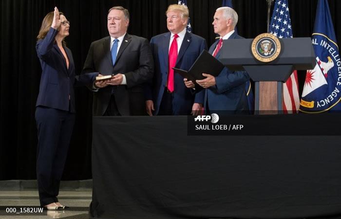 Gina Haspel (L) prestó juramento como Directora de la Agencia Central de Inteligencia. Foto: AFP