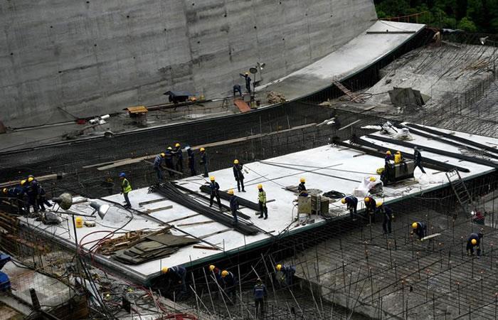 Fotografía cedida por las Empresas Públicas de Medellín que muestra las obras del vertedero de la represa Hidroituango. Foto: EFE
