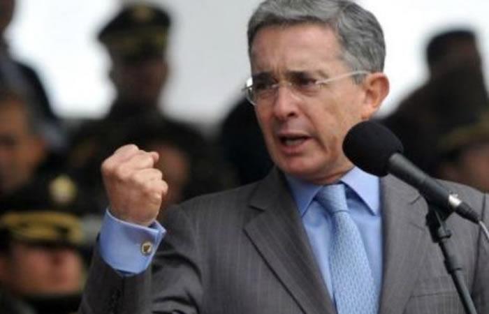 Uribe vota por Duque por 'su mezcla de firmeza y decencia'