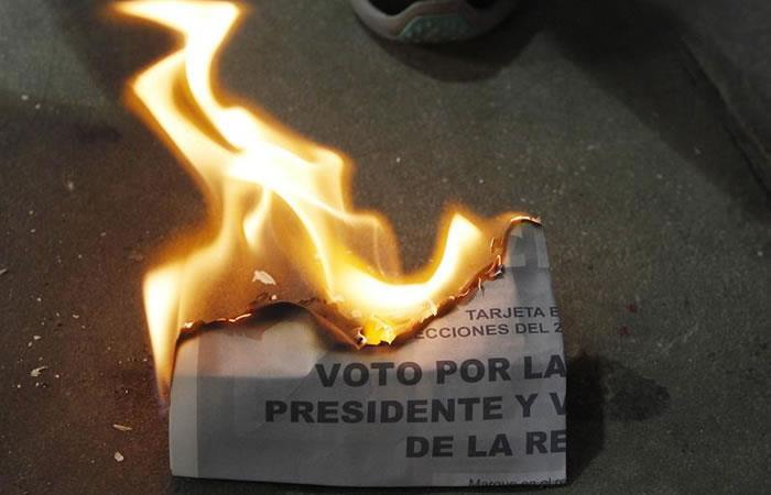 Jurados de votación destruyen votos sobrantes tras el cierre de colegios electorales. Foto. EFE.