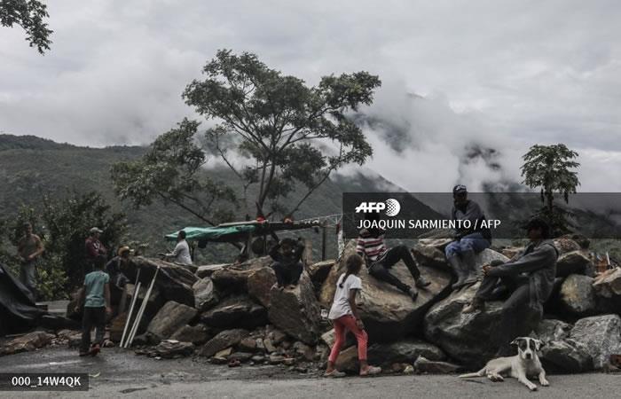 Familias desplazadas de los bancos del campamento del río Cauca en una carretera cercana al municipio de Ituango. Foto: AFP