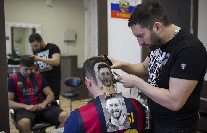 Foto: AFP. peluquero diseña a Messi y a Ronaldo en las cabezas de sus clientes