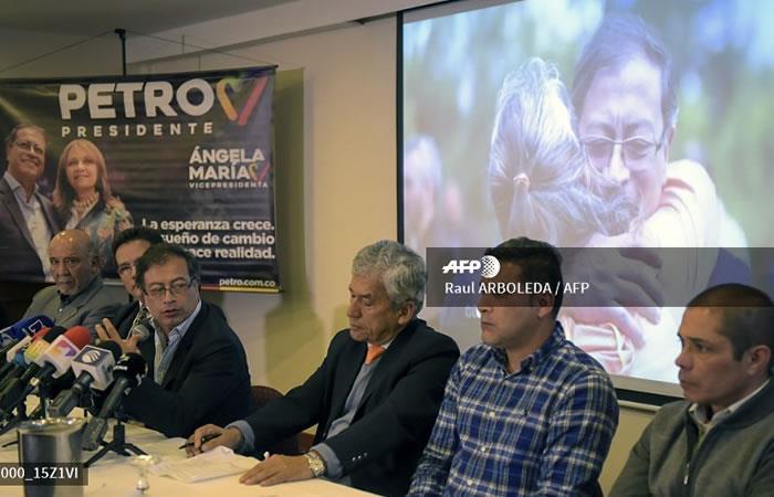 El candidato presidencial Gustavo Petro (R) del Partido Colombia Humana en conferencia de prensa durante la cual militares retirados le expresan su apoyo. Foto: AFP