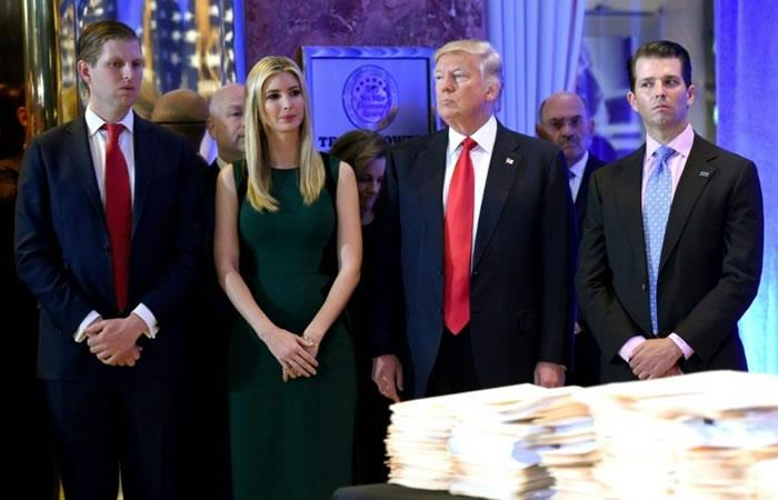 El presidente de EEUU, Donald Trump, juntoa sus tres hijos Eric, Ivanka y Donald Jr (D). Foto. AFP.