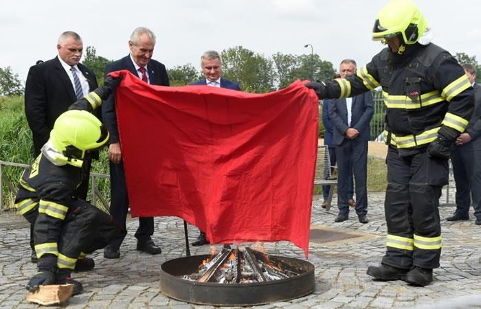 El presidente checo Milos Zeman hace quemar el 14 de junio 2018 un gran calzón rojo para burlarse de los periodistas. Foto. AFP.