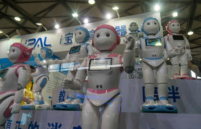 El robot profesor concebido por la empresa Avatarmind expuesto en el Salón de la electrónica de consumo (CES) de Shanghái en China. Foto. AFP.