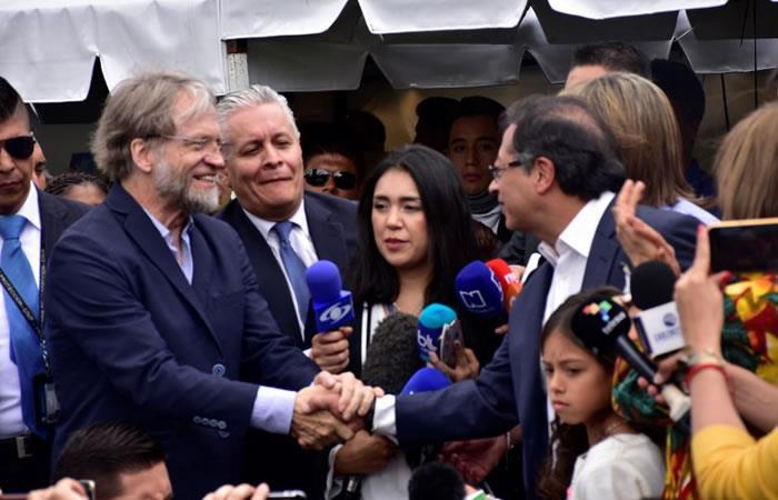 Candidato de 'Colombia Humana', Gustavo Petro Urrego (R) saluda a Antanas Mockus. Foto. AFP.