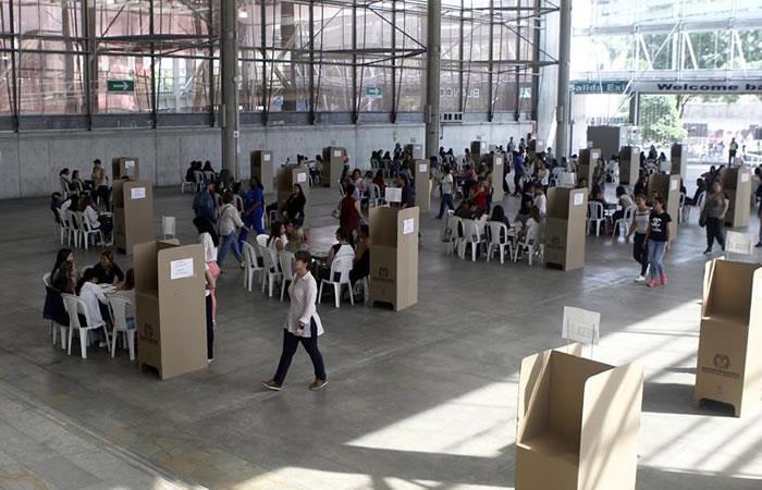 Decenas de personas acuden a votar este domingo 17 de junio de 2018, en Medellín. Foto: EFE