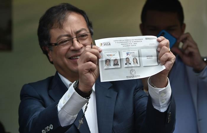 El candidato presidencial Gustavo Petro muestra su voto durante la segunda vuelta de las elecciones presidenciales en Bogotá. Foto. AFP.