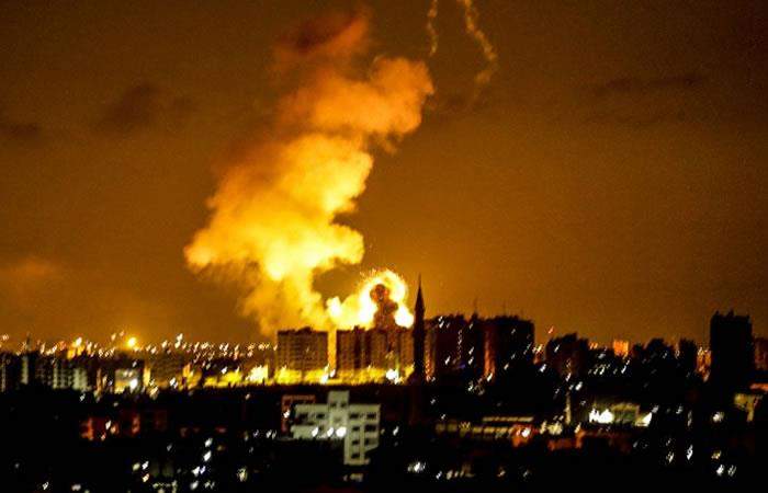 Una explosión se ve en la ciudad de Gaza después de un ataque aéreo de las fuerzas israelíes. Foto: AFP