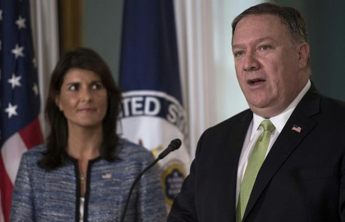 El Secretario de Estado de los EE. UU. Mike Pompeo habla mientras el Embajador de los Estados Unidos ante las Naciones Unidas Nikki Haley observa. Foto. AFP.