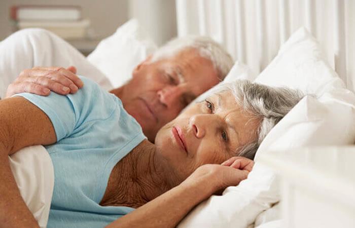 Las personas mayores sí necesitan dormir más
