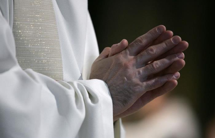 Un sacerdote reza en la catedral de Notre-Dame de París. Foto: AFP