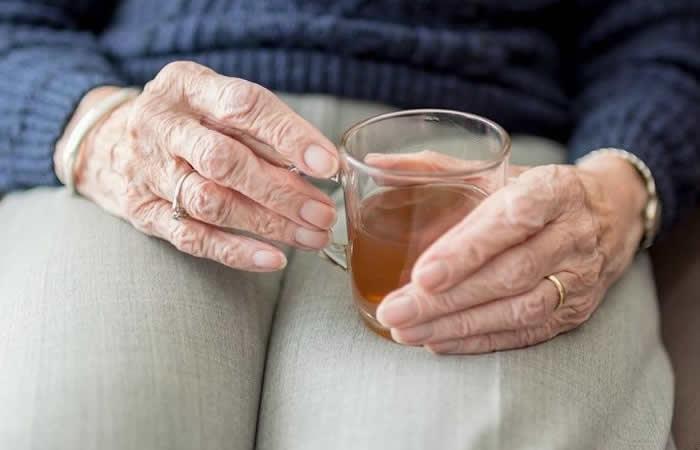 Mujer de 96 años bebe esta increíble cantidad de cervezas al día