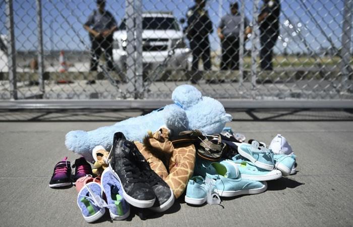 Juguetes y pertenecias de los niños inmigrantes en el paso fronterizo de El Tornillo, El Paso, Texas. Foto: AFP