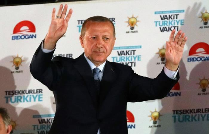 El presidente reelecto turco, Recep Tayyip Erdogan, saluda a sus partidarios en la sede del AKP en Ankara. Foto: AFP