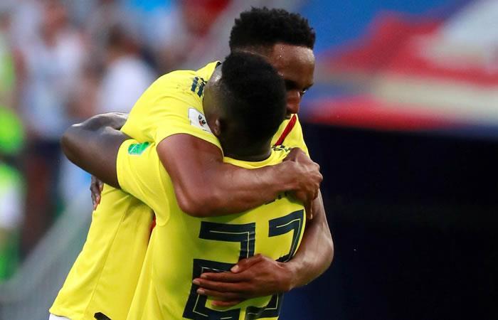 Yerry Mina anotó el gol de la victoria sobre Senegal y celebra con un abrazo a Davinson Sánchez. Foto: EFE