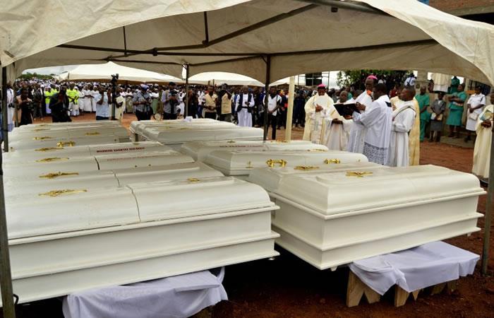 Los ataúdes de 17 personas presuntamente asesinadas por ganaderos de la etnia Fulani durante su entierro en Ayati-Ikpayongo (Estado de Benue, Nigeria). Foto: AFP