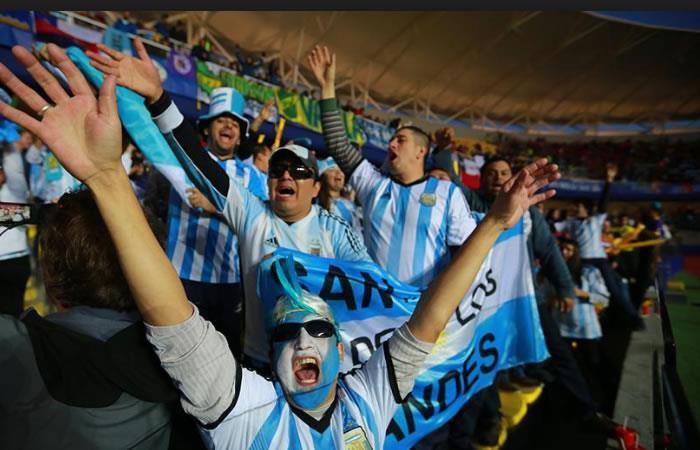 Hinchas argentinos alientan a los colombianos. Foto: AFP